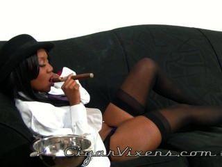 नीना डेवोन एक सिगार धूम्रपान करता है