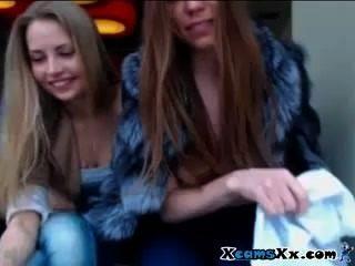 वेब कैमरा दो गर्म किशोरों की सार्वजनिक चमकती