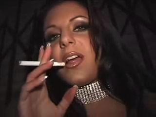 गली में धूम्रपान वेश्या