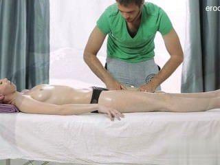 प्राकृतिक स्तन लड़की गहरे गले