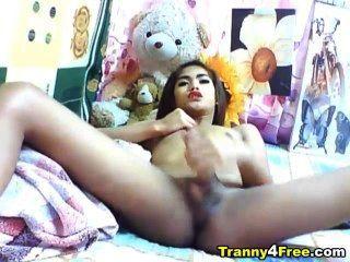 एशियाई tranny मरोड़ते उसके बड़े मुर्गा बंद