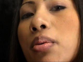 गर्म एशियाई Nyomi सिगार धूम्रपान और Dildoing