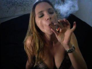 पैंटी में सेक्सी बड़ी सिगार धूम्रपान