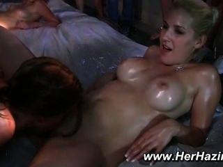 समलैंगिक नंगा नाच तेल कुश्ती इस प्रकार है