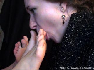 महिला पैरों के दो जोड़े चाट