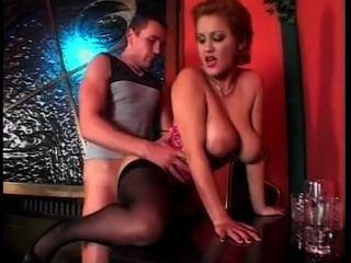 बड़ी प्राकृतिक स्तन सेक्स होने के साथ सुंदर वेट्रेस