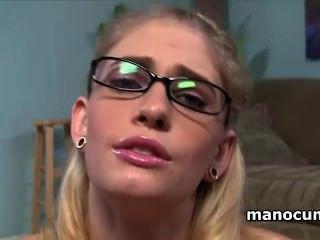 पीओवी में वासना के साथ बड़ा कठिन लिंग मलाई चश्मा में सुनहरे बालों वाली फूहड़