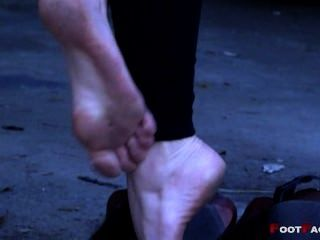 उच्च ऊँची एड़ी के जूते में पैर गंदे