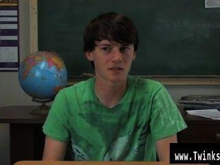 जेरेमी Sommers के समलैंगिक क्लिप एक मेज पर बैठा है और एक साक्षात्कार किया जा रहा है