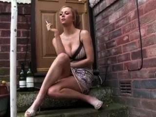 गर्म प्रेमिका दरवाजे कदम पर बाहर धूम्रपान धुम्रपान
