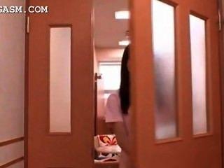 प्यारा एशियाई नर्स काम पर एक गर्म त्रिगुट में पकड़ा