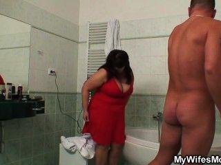 वह बाथरूम में उसके पति के साथ उसके विशाल titted माँ कमबख्त पाता