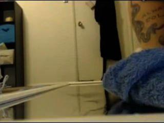 टैटू लड़की के दर्पण पर धारा निकलना करने के खिंचाव का उपयोग करता है