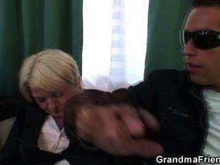 दो दोस्तों को लेने और नशे में दादी बकवास