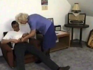 दादी pisses और satyriasiss द्वारा युवा लड़के से सह खाती है