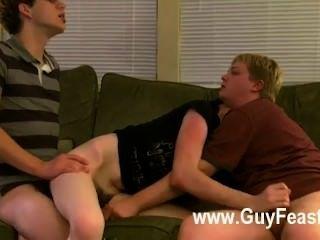 समलैंगिक XXX एरन, केली और जेम्स सोफे और तैयार पर बाहर धागों रहे हैं