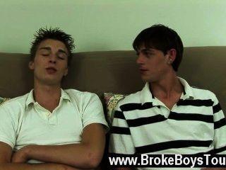 समलैंगिक अश्लील futon बढ़ाया और दोनों दोस्तों तेल से सना हुआ और तैयार, एश्टन मिला