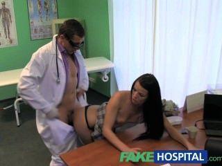 नकली अस्पताल गर्दन में अकड़न डॉक्टर से एक बड़ा कठोर मुर्गा द्वारा पीछा किया