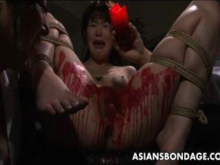 एशियाई बेब उसे मैथुनिक मोम में कवर मिलता है।