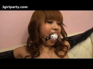 जापान महिला बंधा हुआ है और उसे बिल्ली छेड़ा गया है