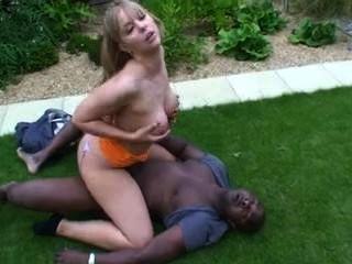 ब्रिटिश फूहड़ एलेक्सा बगीचे में एक बीबीसी द्वारा गड़बड़ हो जाता है