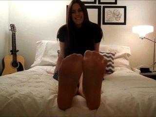 नायलॉन और नंगे पैर चिढ़ाना