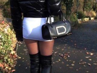 जूली Skyhigh किशोर गर्म miniskirt और overknee चमड़े के जूते सड़क पर चलने के