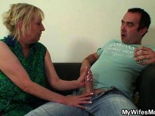 भद्दा Oldie उसे seduces जबकि उनकी पत्नी दूर