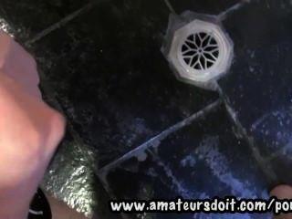 बाथरूम में आर्थर एक 19yo स्लिम और बालों ऑस्ट्रेलियाई शौकिया झटके बंद