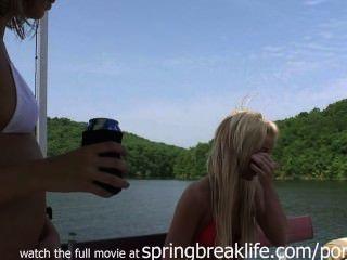 झील पर प्यारा coeds