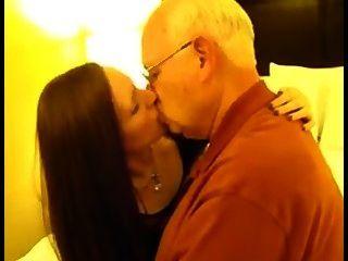 व्यभिचारी पति - पत्नी बूढ़े आदमी चुंबन
