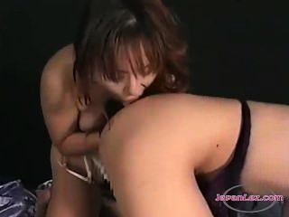 एशियाई लड़की उसके स्तन हो रही बिस्तर पर दूसरी लड़की बिल्ली चाट pisses