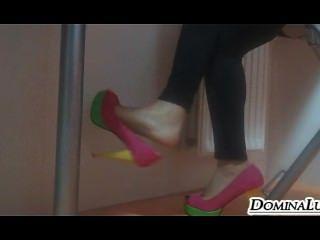 पैर और जूते के साथ खेल रहा है