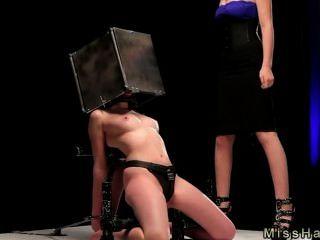 स्टील बॉक्स में सिर के साथ बीडीएसएम बेब spaked