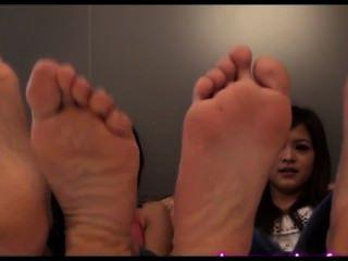 प्यारा एशियाई लड़कियों पैर तंग मोज़े