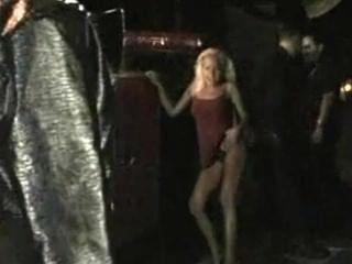 एमआईएलए सार्वजनिक रूप से नग्न आसपास और मूर्खों हो जाता है
