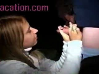 इस सेक्सी लड़की सार्वजनिक में उसके आदमी के सिर देने का फैसला