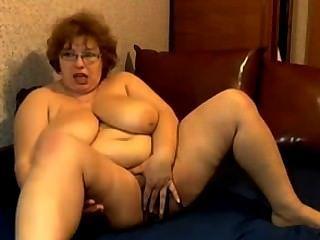 भारी स्तन हस्तमैथुन के साथ नानी