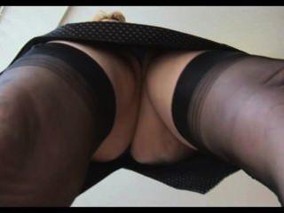 स्टॉकिंग्स अपस्कर्ट तंग में परिपक्व अंग्रेजी सुनहरे बालों वाली लड़की