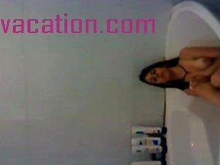 श्यामला bathes और कैमरे के लिए स्तन से पता चलता