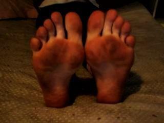 गंदे पैर और तलवों के साथ पैर की उंगलियों wiggling