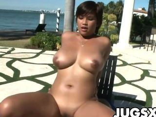 भारी स्तन और विशाल गधा बेब