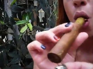 दानी सिगार महिला