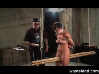 तहखाने मास्टर संबंधों को विनम्र श्यामला और सेक्स खिलौने के साथ उसे सह बनाता है