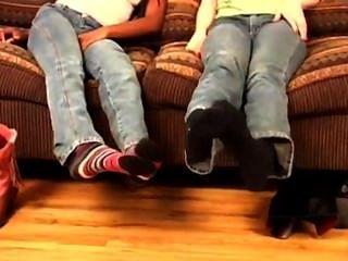 उनके जूते लात मार दो लड़कियों ...