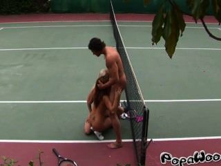 टेनिस प्रशिक्षक दो सेक्सी छात्रों fucks
