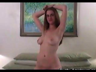 संचिका होली उसके शरीर दिखा रहा है और उसे अपने स्तन चाट
