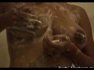 जिया उसकी बड़ी प्राकृतिक स्तन और बिल्ली दिखा जबकि नहा