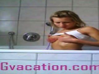 जर्मन आवारा बाथ टब में उसे गर्म शरीर से पता चलता है