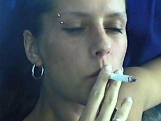 लड़की धूम्रपान Davidoff मैग्नम सिगरेट पीटी।2